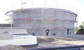 runde-fermenter-aus-beton-in-bauphase-links